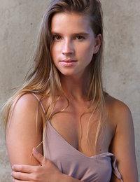 Vanesa flaunts her sexy